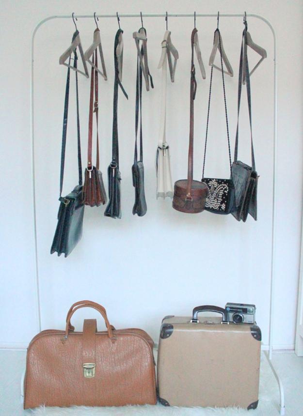 vintage tassen kledingrek